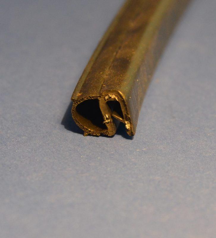 ölbeständiges Kantenschutzdichtprofil mit seitlichem Dichtschlauch