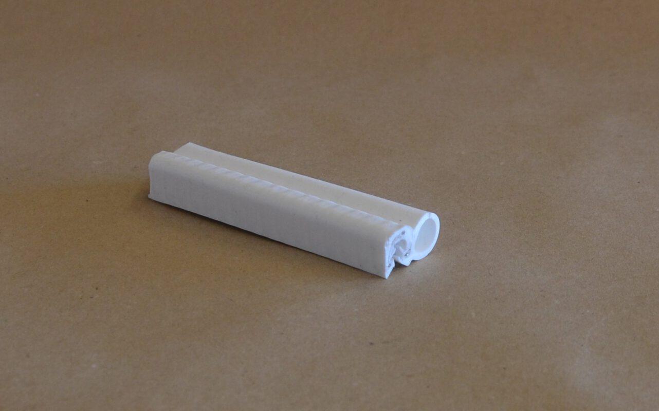 weißer Silikonkantenschutz mit seitlichem Schlauch zum aufstecken auf eine Blechkante